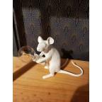 Lampe en résine souris assise